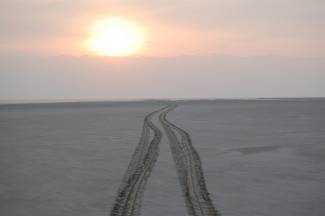 solnedgang og hjulspor i havbund